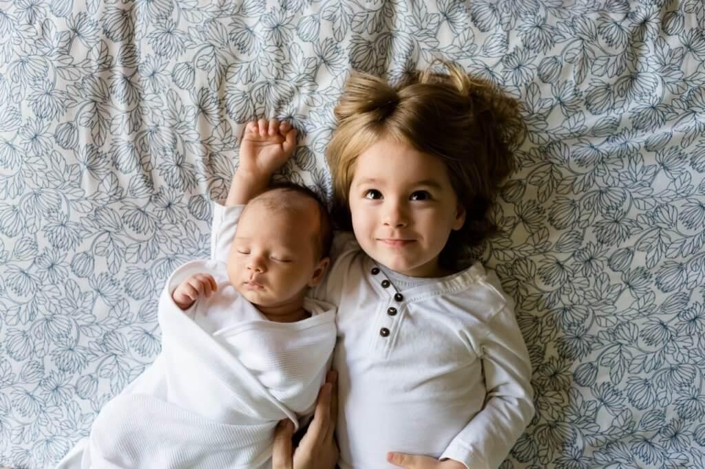 幼い兄弟の写真