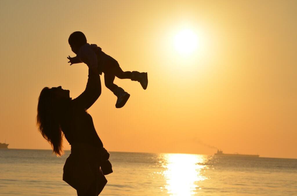 子どもを抱っこしている女性の写真
