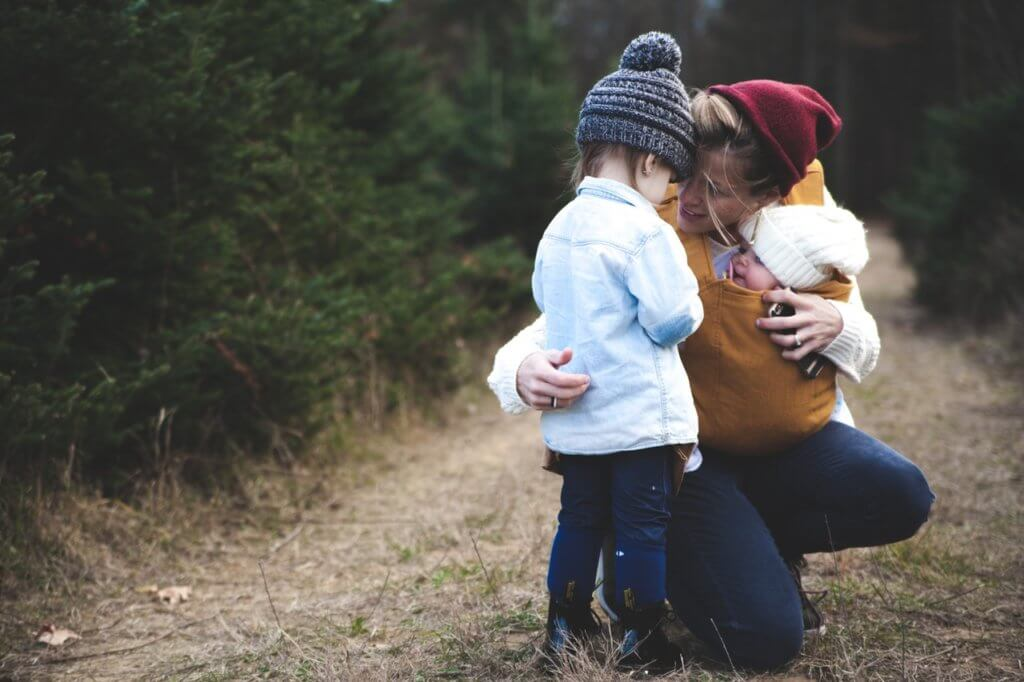 二人の子どもと母親の写真