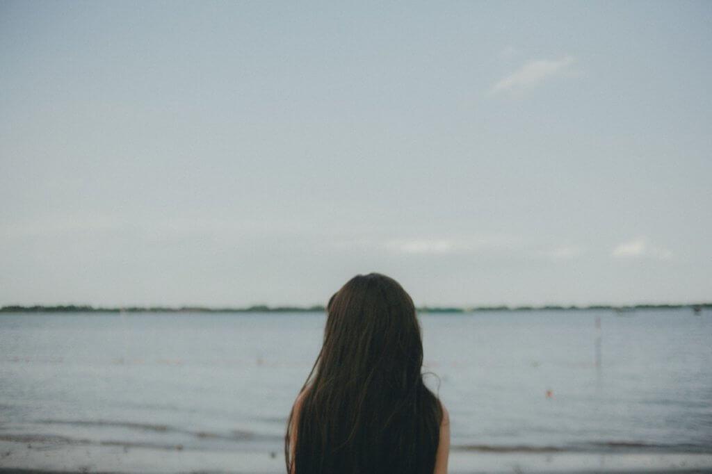 一人たたずむ女性の写真