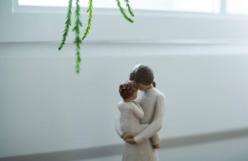 子どもを抱きしめる母親の写真
