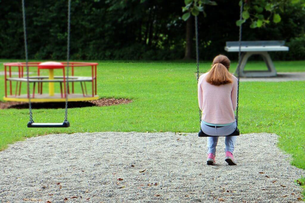一人で落ち込む女性の写真