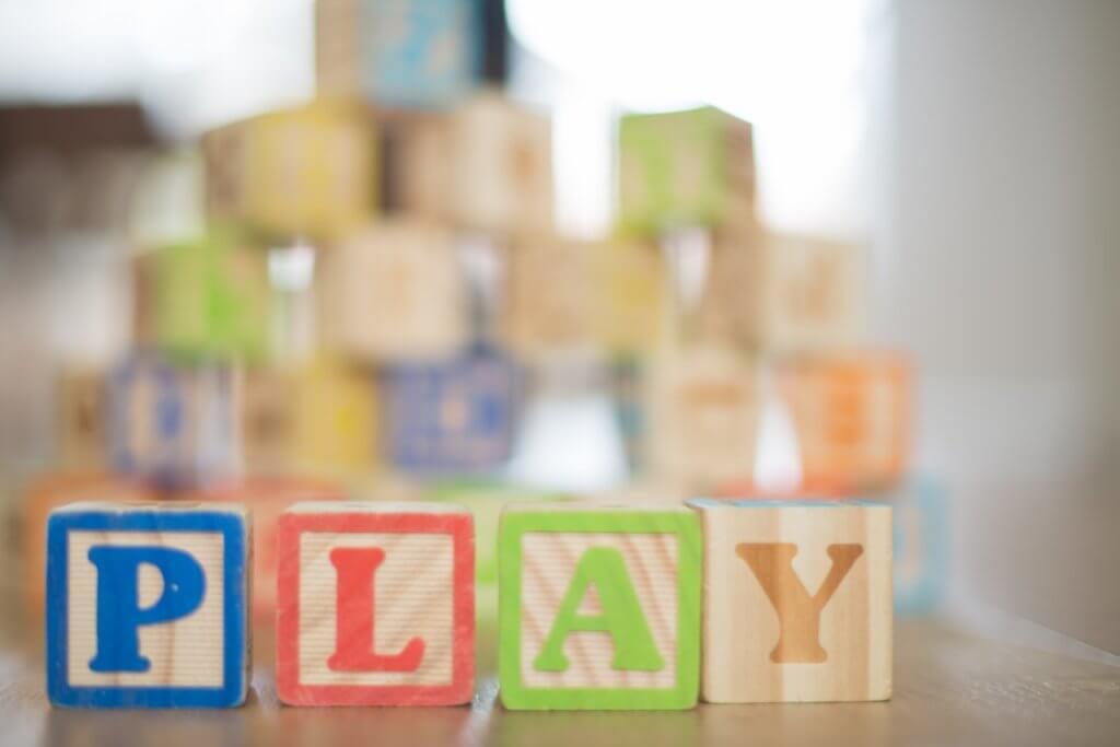 playと書かれた積み木の写真