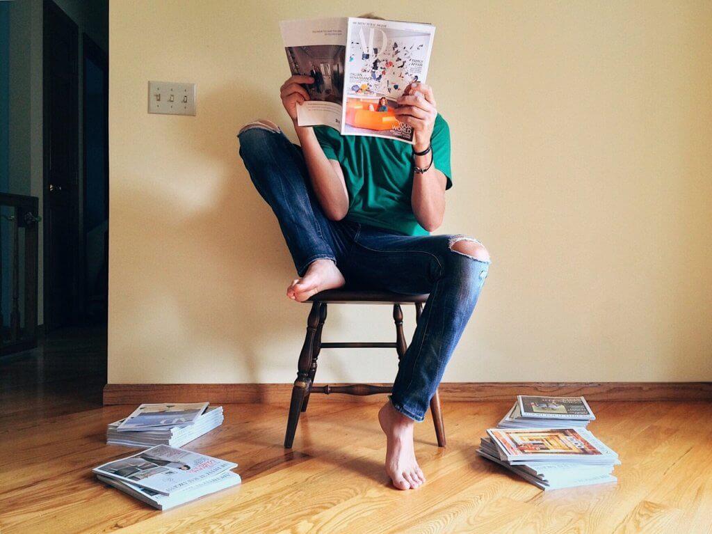 雑誌を読んでいる人の写真