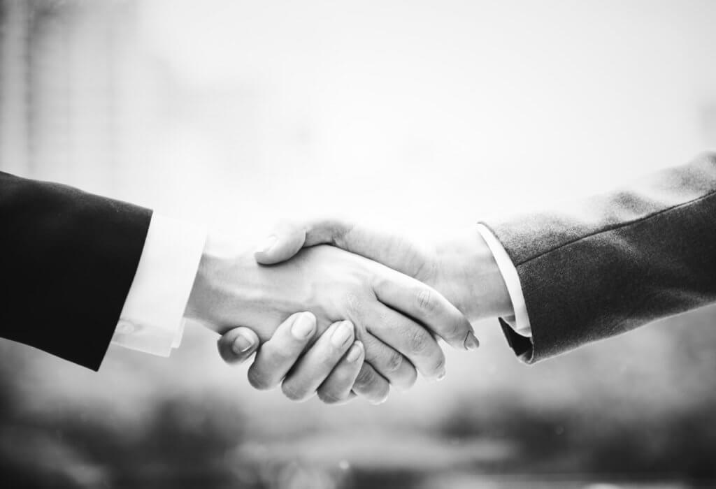 手と手を取り合っている写真