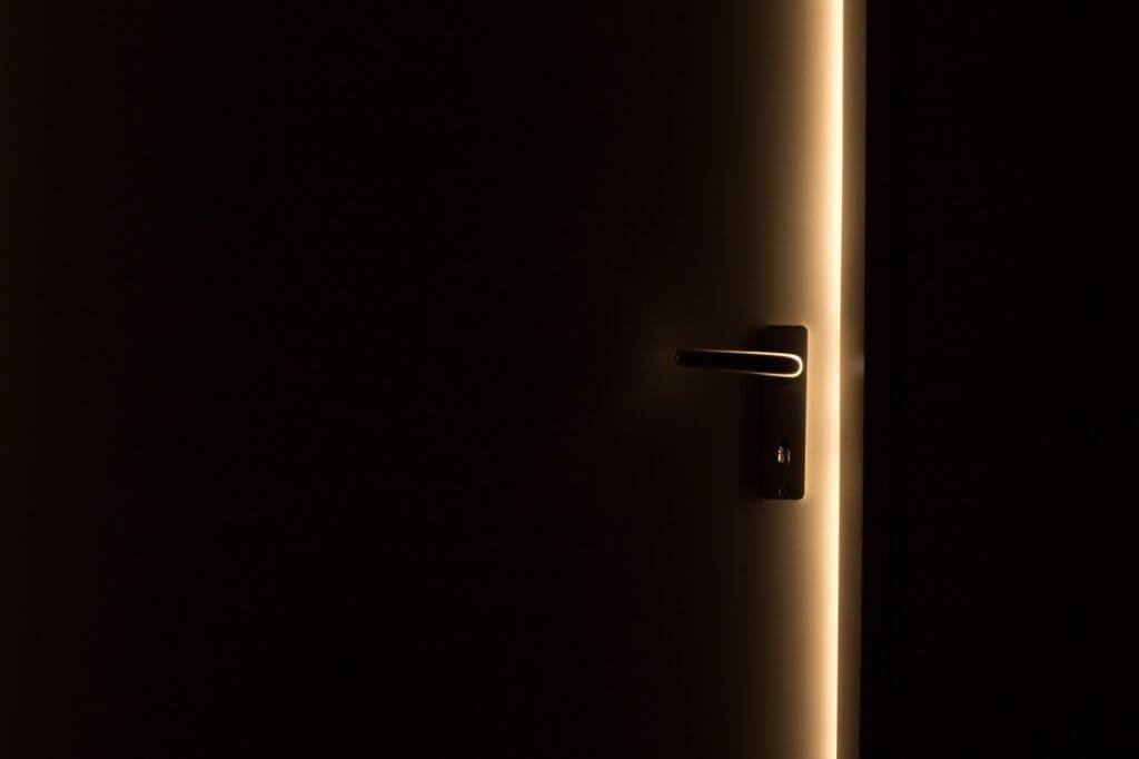 ドアが開こうとしている写真