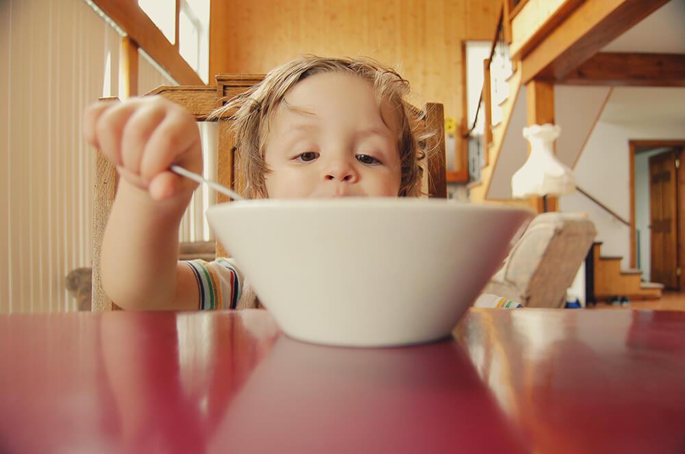 ご飯を食べている子どもの写真