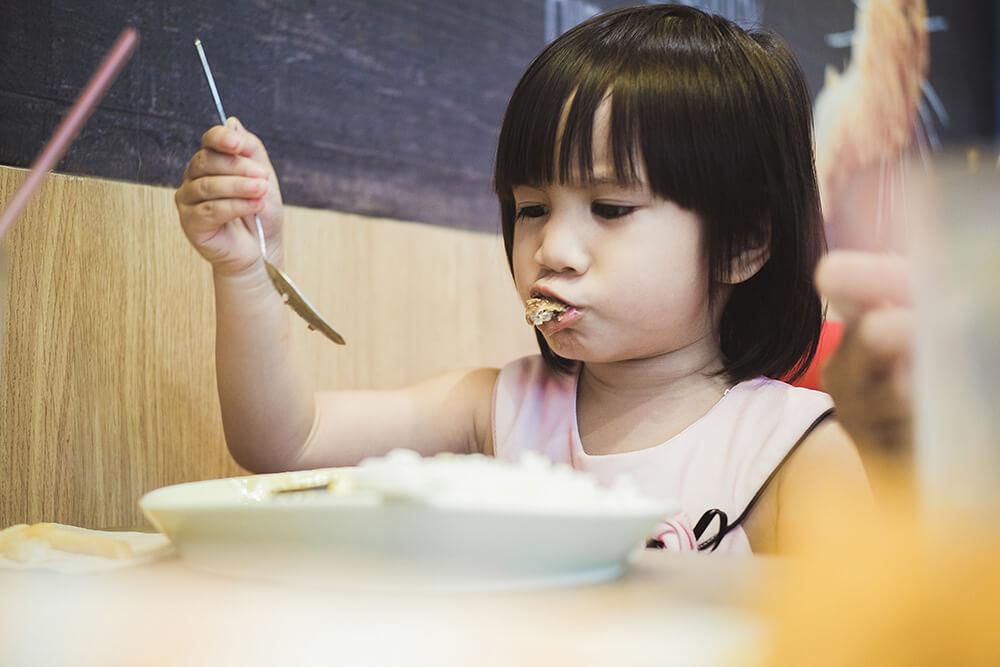ご飯を食べない子どもの写真