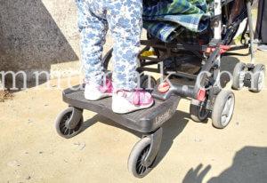 ラスカルバギーボードに乗っている写真