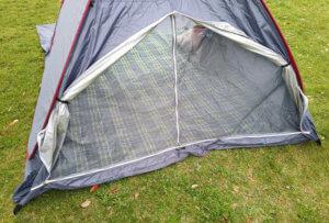 メッシュスクリーンにしたテントの写真