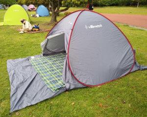 フロントシート付きのテントの全体写真