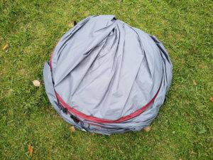 丸まった状態のテントの写真