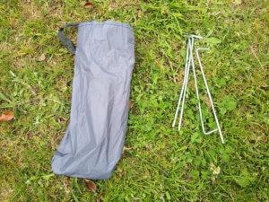 テントについているペグの写真