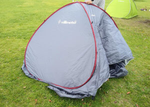 テントを組み立てている写真