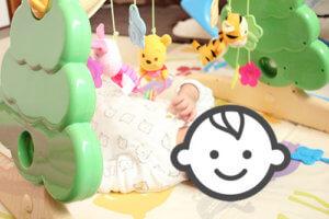 プーさんメリーの間に寝ている赤ちゃんの写真