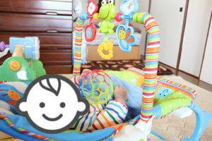 バウンサーに乗っている赤ちゃんの写真