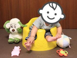 バンボに座っている子どもの写真